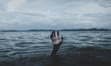 persona-que-se-hunde-pidiendo-la-mano-por-encima-del-agua