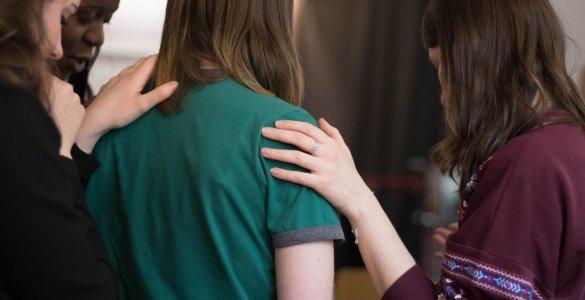 ¿Puede un líder juvenil orar personalmente con una niña?
