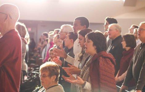 What happens in a church service un servicio religioso